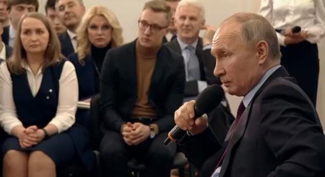 Президент России Владимир Путин на встрече с представителями общественности Череповца.