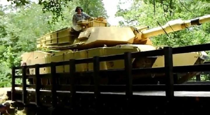 Американский танк М1 Абрамс на мосту.