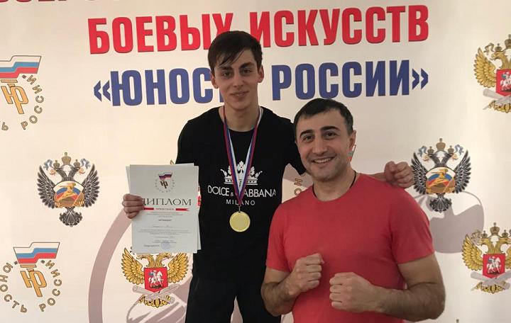 На фото автора: Гога Топурия (слева) и его наставник Магомед Курбанмагомедов: счастливый миг победы
