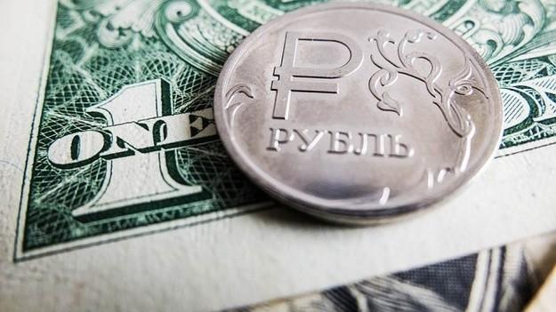 На Московской бирже курс рубля продолжил падение. фото 2