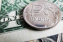 На Московской бирже курс рубля продолжил падение.