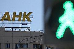 В России банкиры спешат повысить ставки по ипотеке.