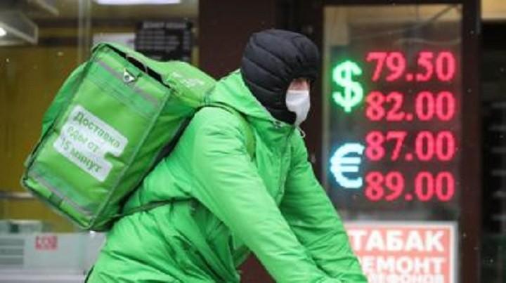 Для борьбы с кризисом эксперты предлагают раздать деньги россиянам. фото 2