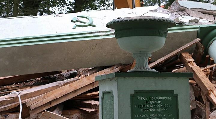Мемориальное кладбище в Тшчанке после незаконного разрушения.
