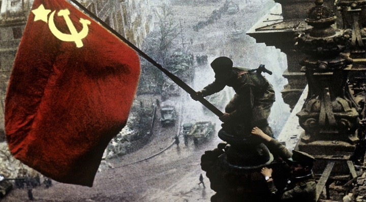 Красное Знамя Победы над поверженным рейхстагом.