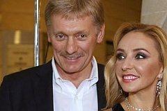 Заразившегося коронавирусом Пескова госпитализировали вместе с женой.