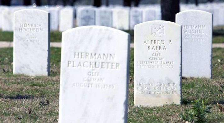 В Конгрессе США требуют удалить нацистскую свастику с могил немецких солдат.