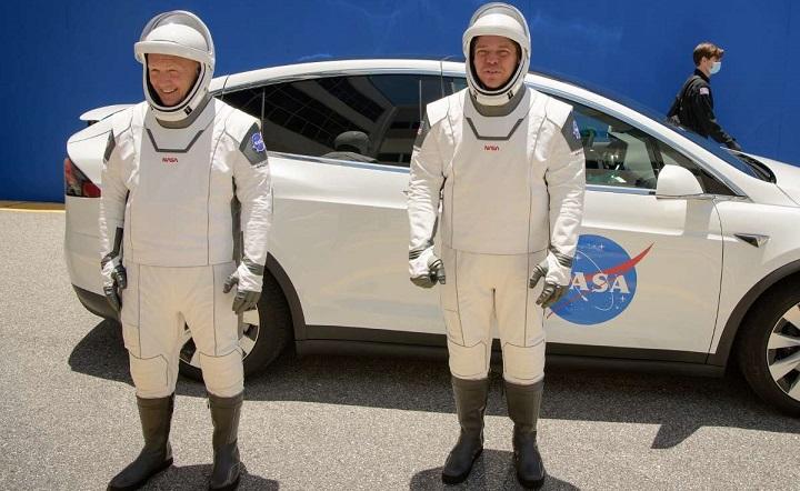 Эксперт США сравнил скафандры SpaceX и российский «Сокол».