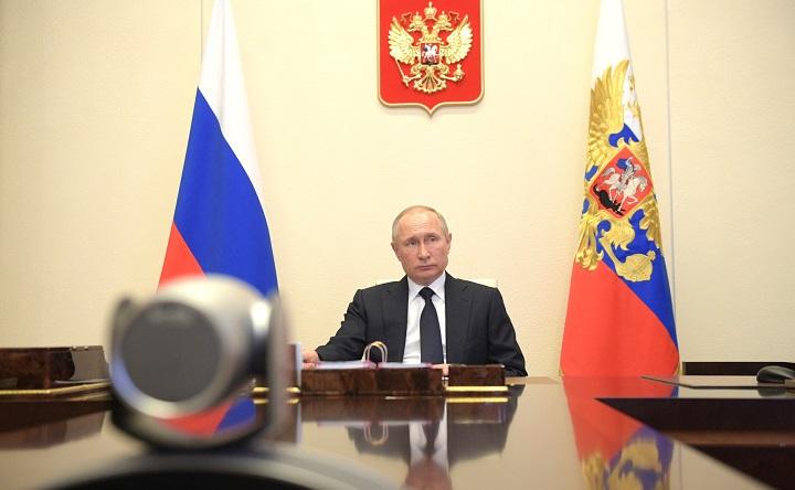 Путин дал указание понизить налоги для отраслей связи и ИТ.