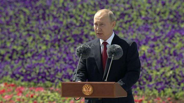 Путин поздравил граждан с Днем России на церемонии поднятия российского флага на Поклонной горе. фото 2