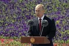 Путин поздравил граждан с Днем России на церемонии поднятия российского флага на Поклонной горе.