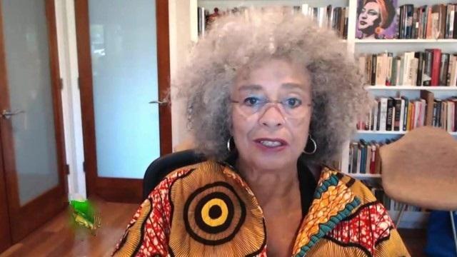 Американская правозащитница Анджела Дэвис назвала происходящее в США революцией.