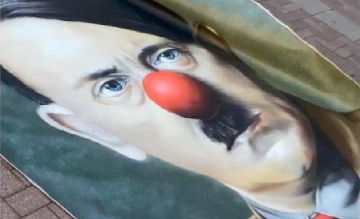 В центре Москвы растянули баннер с портретом Гитлера.