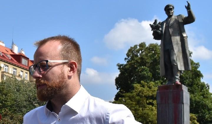 Староста района Прага-6 Ондржей Коларж на фоне еще не снесенного памятника маршалу Коневу.
