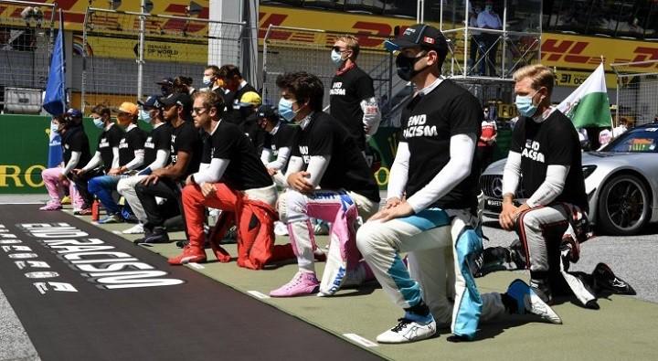 Российский гонщик «Формулы-1» на колено не встал. фото 2