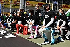 Российский гонщик «Формулы-1» на колено не встал.