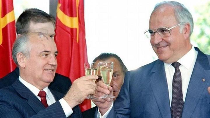 Михаил Горбачев с канцлером ФРГ Гельмутом Колем.