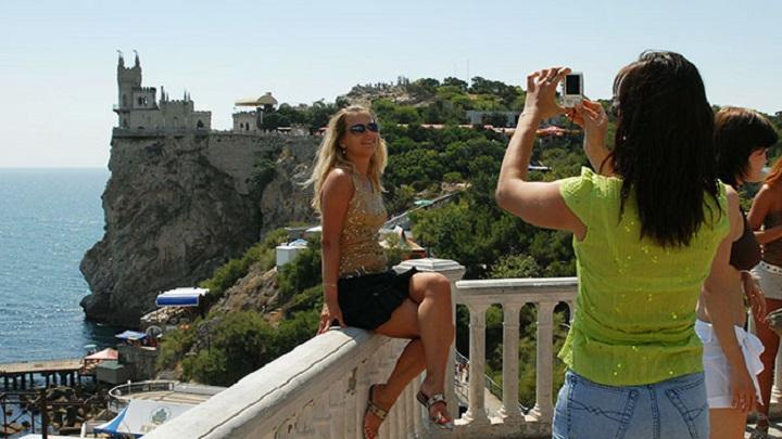 Толпы туристов Крым встречает пофигизмом, лавандовыми полями и дикими ценами.