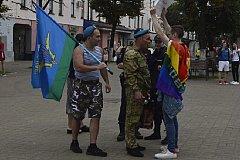 В Ярославле десантники избили гея с плакатом о геях в ВДВ.