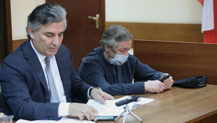 Адвокат Эльман пашаев со своим подзащитным актером Михаилом Ефремовым на заседании суда. Фото: РБК