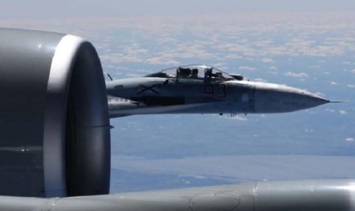 Су-27 приблизился к самолету-разведчику США.