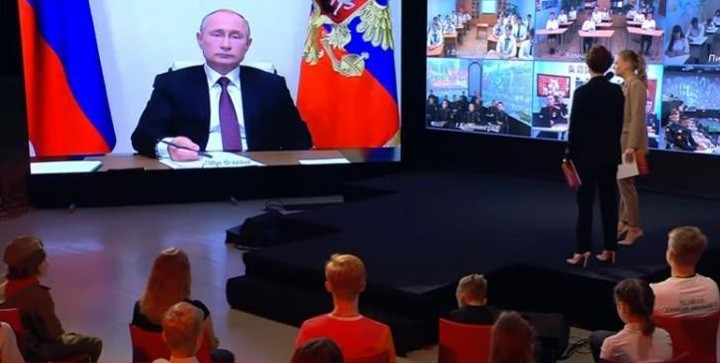 Путин на всероссийском открытом уроке «Помнить - значит знать». Фото: youtube.com