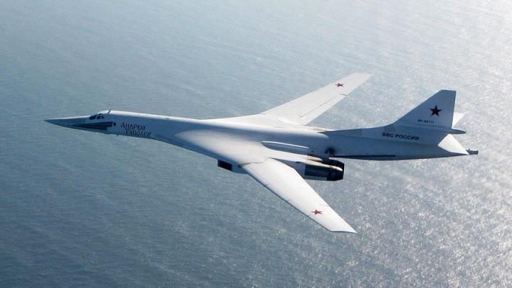 Сверхзвуковой стратегический бомбардировщик-ракетоносец Ту-160.