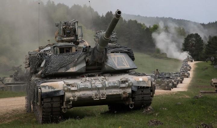 Американские танки Абрамс на марше.