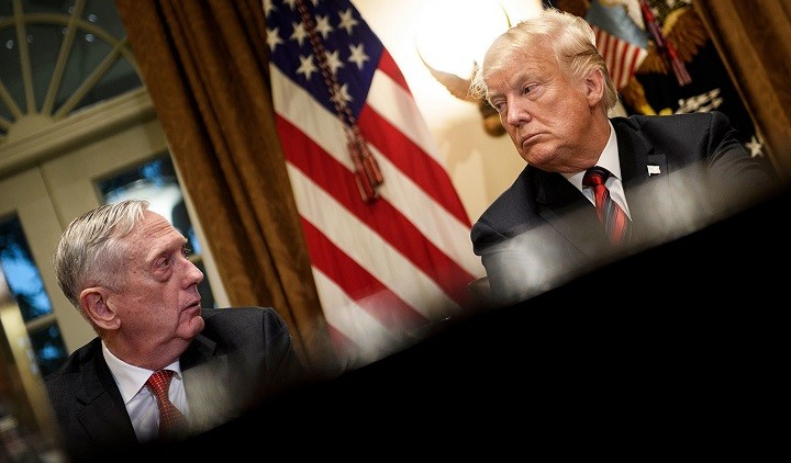 Экс-глава Пентагона Джеймс Мэттис и президент США Дональд Трамп. Фото: AFP