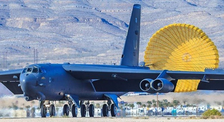 Стратегический бомбардировщик  ВВС США B-52 Stratofortress совершает посадку.