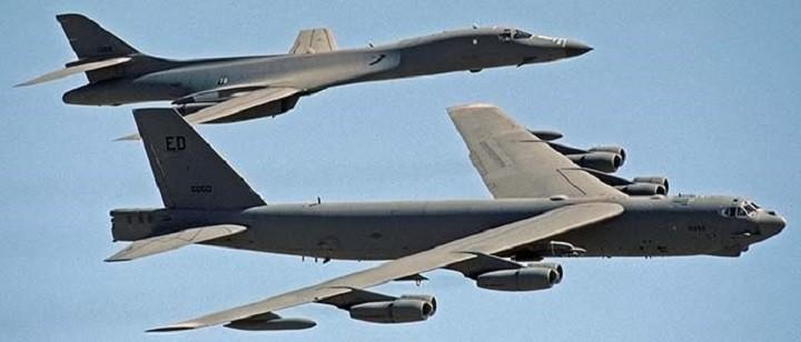 Американские бомбардировщики B-1 Lancer и B-52 Stratofortress.