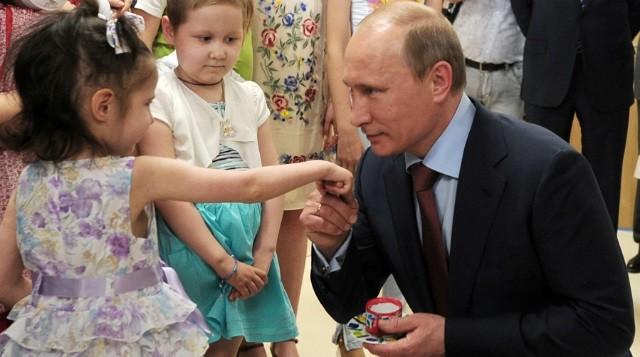Владимир Путин с детьми. Архивное фото из открытых источников.
