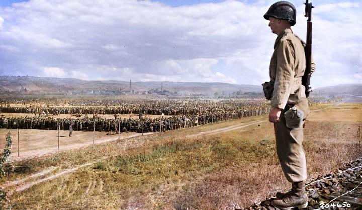 Американский солдат охраняет лагерь для немецких военнопленных.