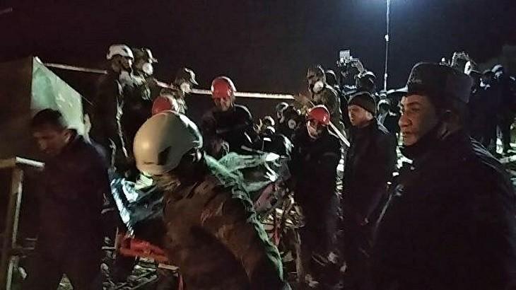 Спасатели вытащили из под завала тело одного из погибших. Фото: ria.ru