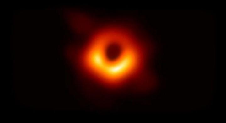 Изображение тени сверхмассивной чёрной дыры в ядре галактики M 87, полученное в 2019 году в радиодиапазоне, с помощью Event Horizon Telescope (EHT).