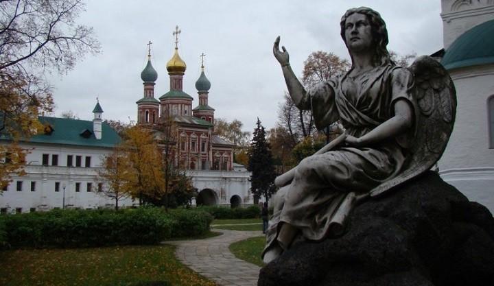 Во дворике Новодевичьего монастыря.