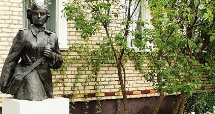 памятник Зине Туснолобовой перед ее домом в Витебске.