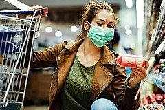 Граждане России стали покупать только лекарства и продукты питания