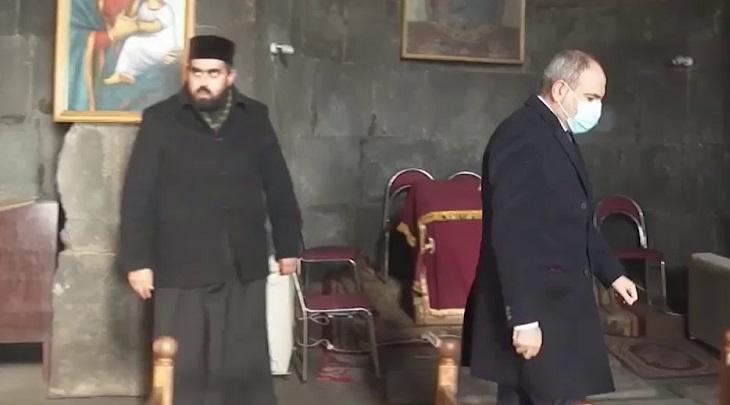В Армении священник не пожал руку Пашиняну