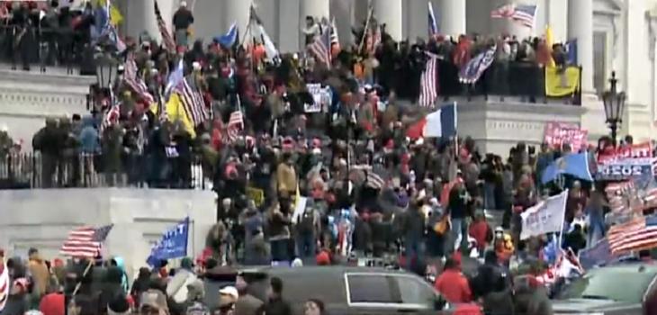Протестующий в момент захвата здания Капитолия.