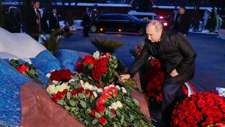 Путин возложил цветы на могилу Ельцина