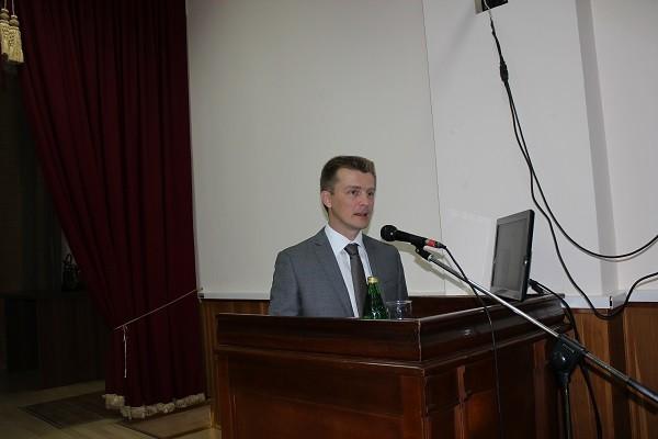С приветственным словом к участникам семинара обращается  Олег Боев