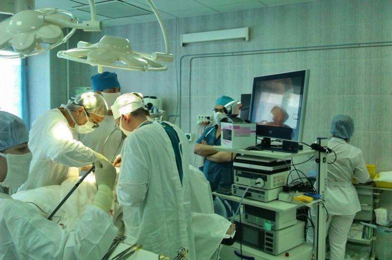 В операционной торакальной хирургии проводится эндоскопическая операция на легких