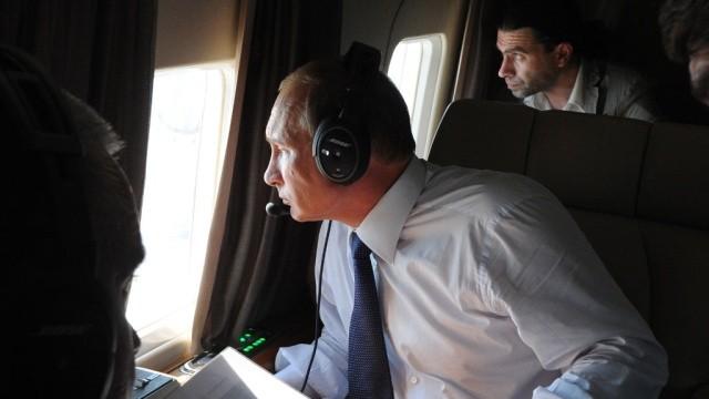Путин осматривает стройку Керченского моста с вертолета. Фото:  ntv.ru