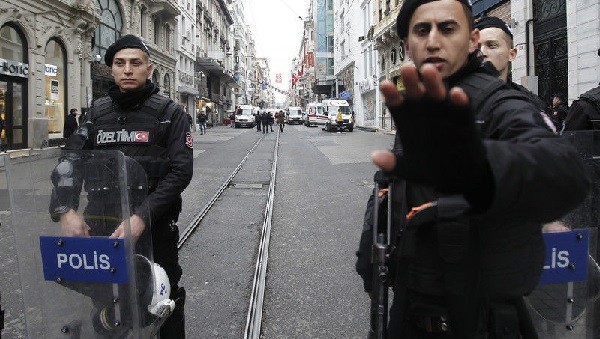 ВСтамбуле прогремел взрыв, три человека пострадали