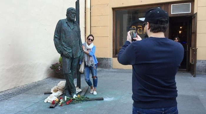 памятник довлатову в санкт-петербурге фото