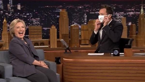 ВСША телевизионный ведущий для интервью сКлинтон надел медицинскую маску