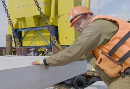 На Керченском мосту установили первую плиту для автомобильного проезда фото 2