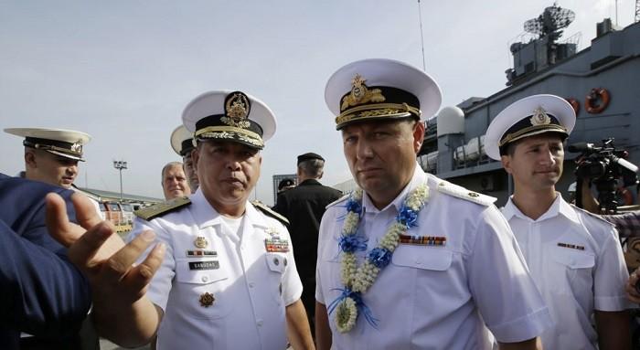 Командующий ВМС Филиппин Франциско Габуда (слева) и контр-адмирал Эдуард Михайлов. Филиппины. Фото:  AP