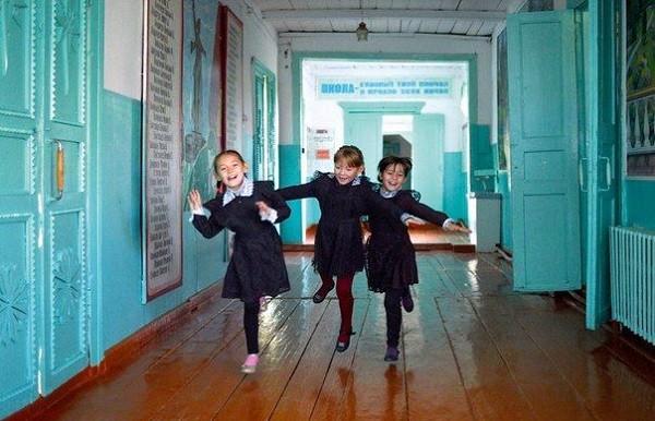 Сельская школа на границе республики Марий Эл и Татарстана выглядит декорацией к старому советскому фильму. Но жизнь — не советское кино, и школа давно нуждается в новом здании. Фото:  postila.ru